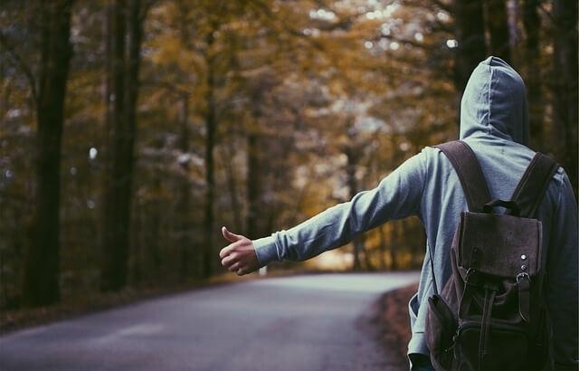 Człowiek czekający na autostop