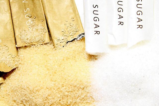 Rozsypany cukier brązowy i biały