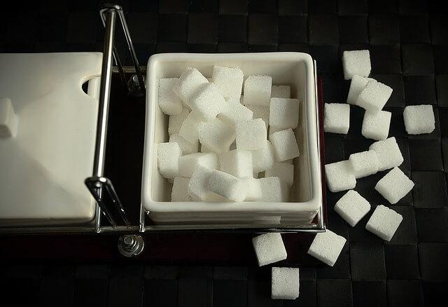 Co jest zdrowsze – cukier czy słodzik?