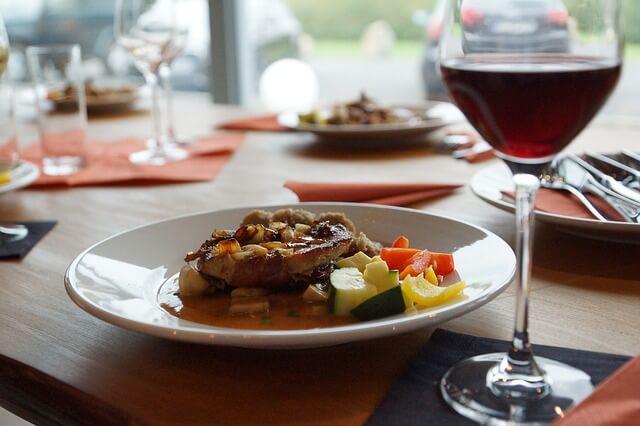 Czerwone wino przy wykwintnej potrawie