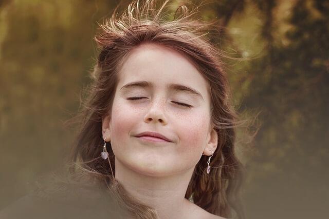Dziewczyna z zamkniętymi oczami i lekko odchyloną głową