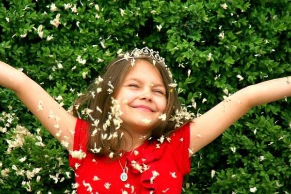 Zadowolona dziewczynka chlapie się wodą