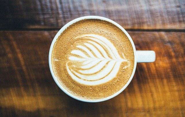 Kawa z pianką w kształcie listka