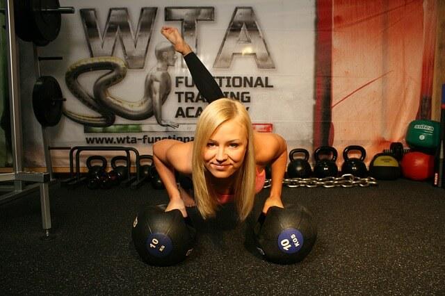 Kobieta wykonuje ćwiczenia na siłowni