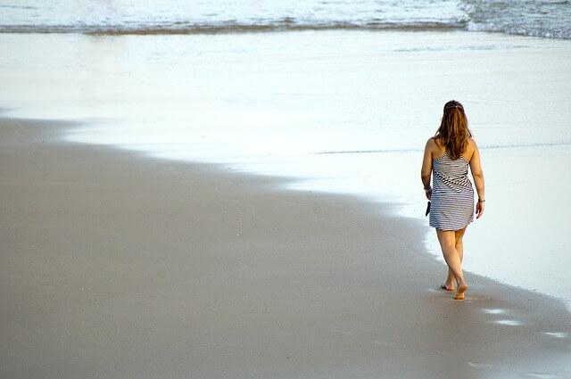Kobieta spacerująca po plaży