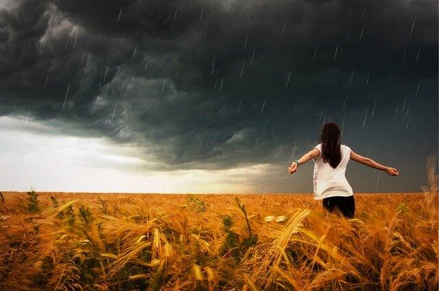 Kobieta na polu podczas burzy