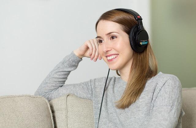 Kobieta w słuchawkach na uszach