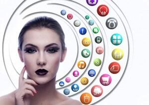 Kobieta wśród krążących wokół niej aplikacji internetowych