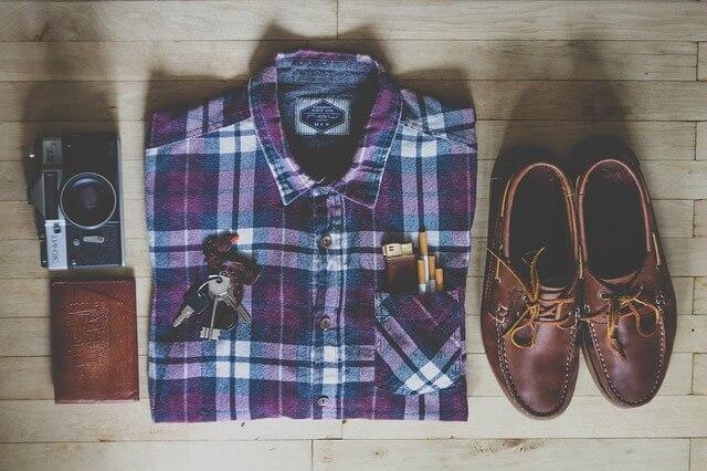 Koszula, buty i aparat fotograficzny