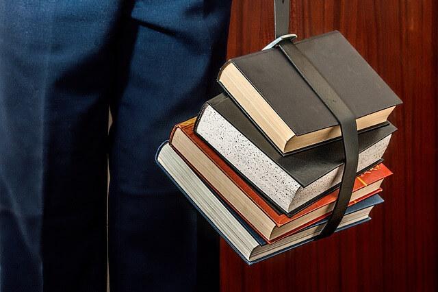 Stos książek spięty paskiem