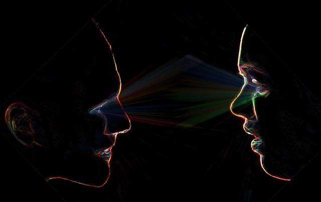Rozmowa kobiety i mężczyzny widok profili twarzy
