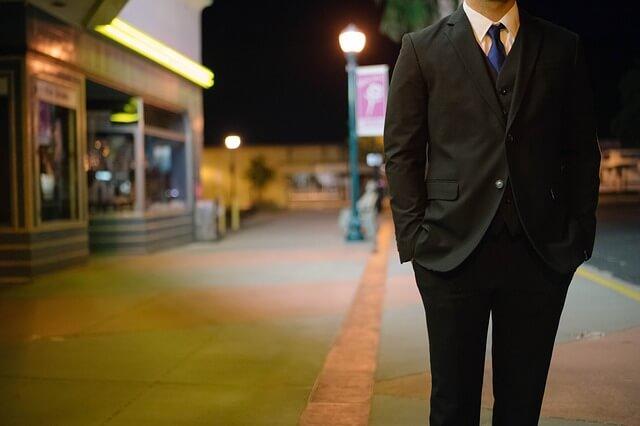 Mężczyzna w czarnym smokingu