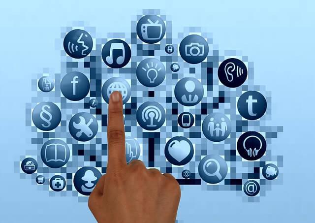 Palec wskazuje na aplikacje internetowe