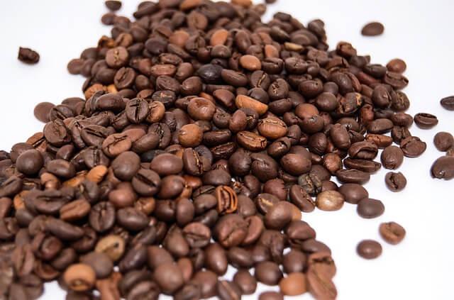 Rozsypane, palone ziarna kawy