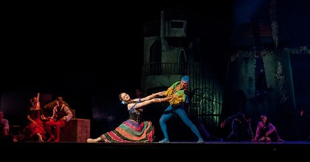Para w przebraniu tańczy na scenie