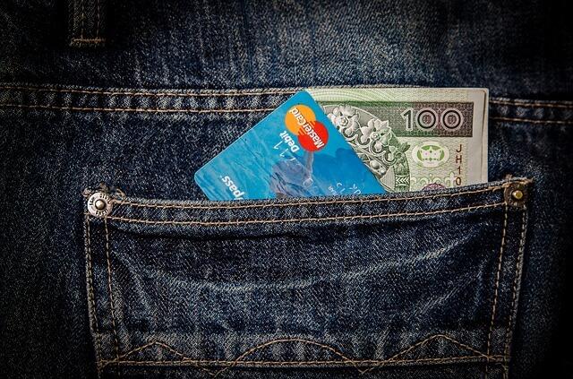 Kieszeń spodni z pieniędzmi i kartą kredytową