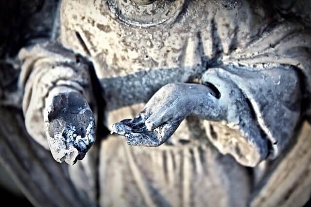 Rzeźba z wyciągniętymi i ułamanymi dłońmi