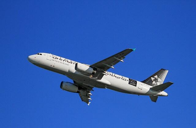Lecący samolot na szafirowym tle