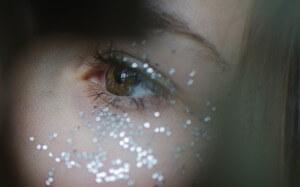 Skóra wokół oka obsypana srebrnym brokatem
