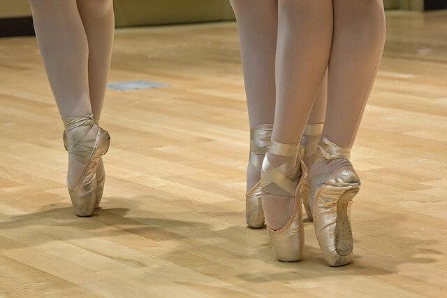 Stopy baletnic w złotych pointach