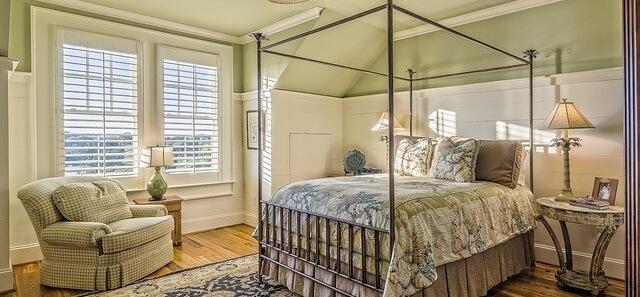 Sypialnia ze ścianami w kolorze zielonym