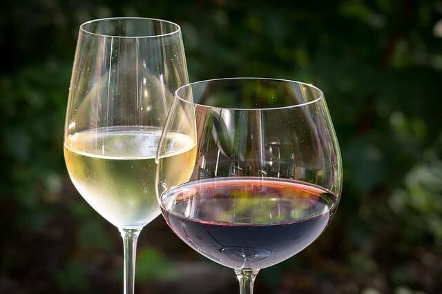 Czerwone i białe wino w odpowiednich kieliszkach