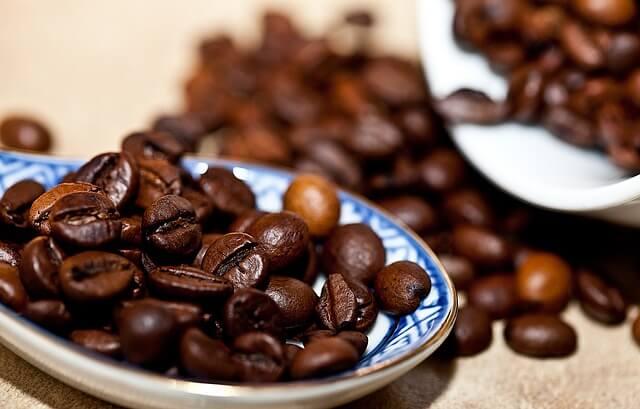 Rozsypane ziarna palonej kawy