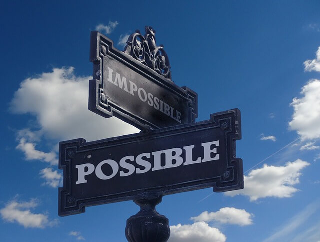 "Drogowskaz z napisem ""possible"" na tle nieba"