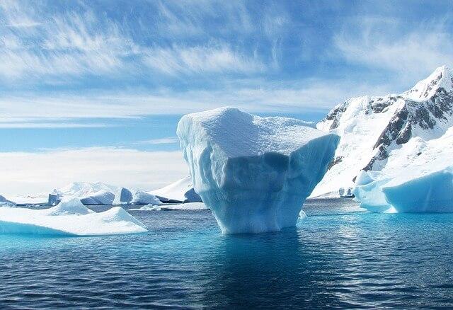 góra lodowa o ciekawym kształcie