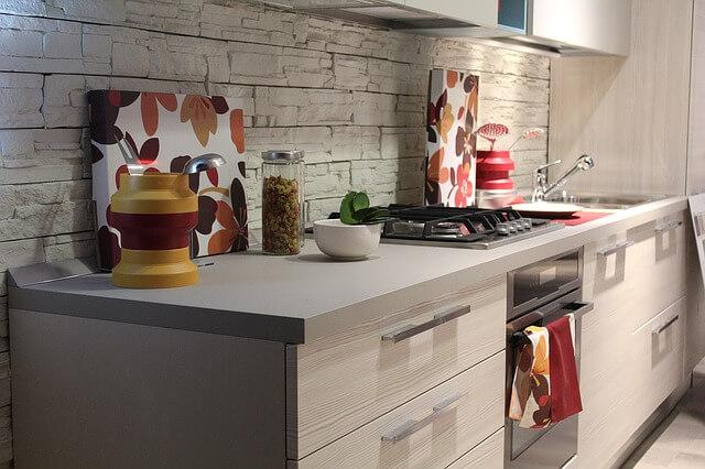 Jak urządzić małą kuchnię? Aranżacja niewielkiego pomieszczenia