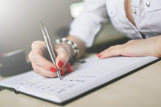 korepetytorka zapisująca terminy lekcji