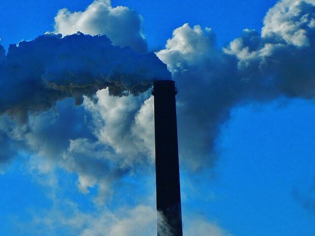 komin dymi i zanieczyszcza powietrze