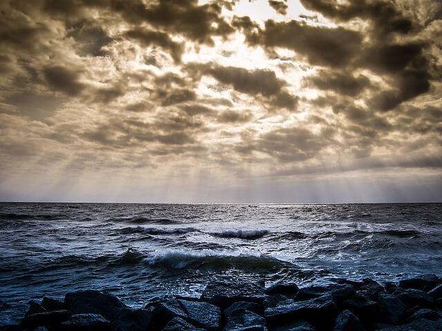 morze pod zachmurzonym niebem