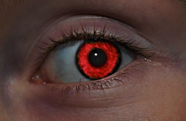 oko z czerwoną tęczówką