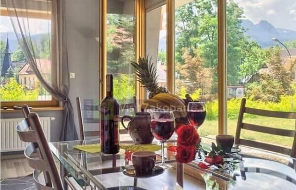 Apartament w Zakopanem stół i widok z okna