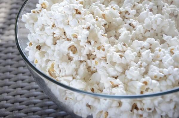 miska z popcornem