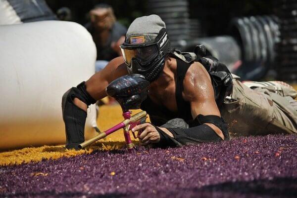 mężczyzna grający w paintball