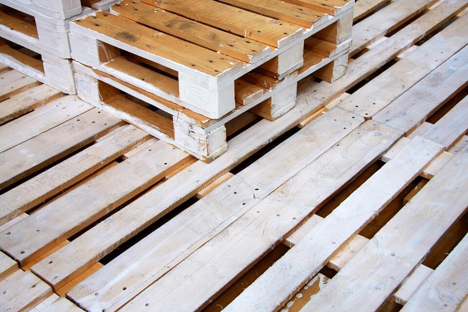 Palety plastikowe a palety drewniane – przeznaczenie, wady i zalety?