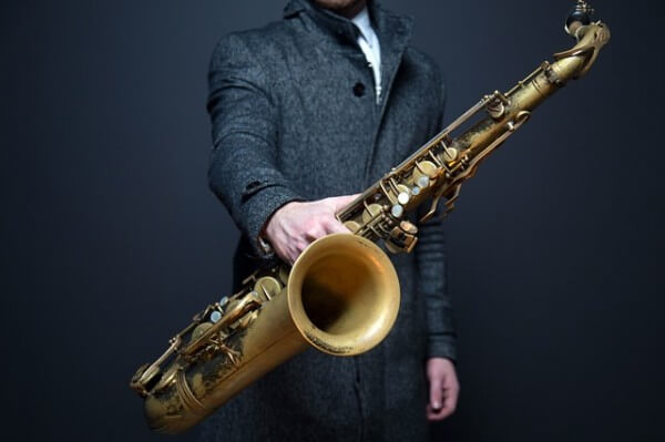 muzyk z saksofonem