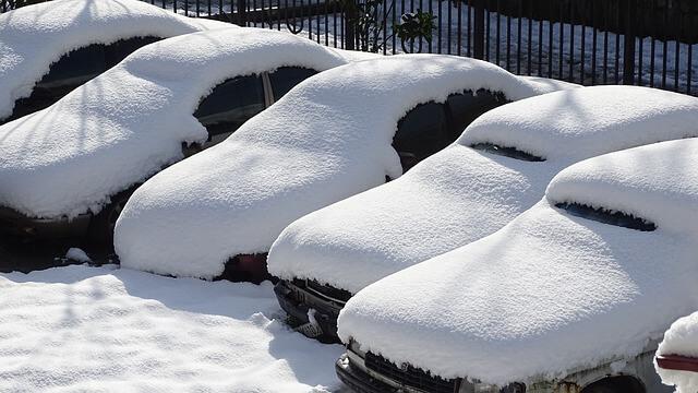 zaśnieżone auta