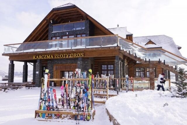 narty przed hotelem