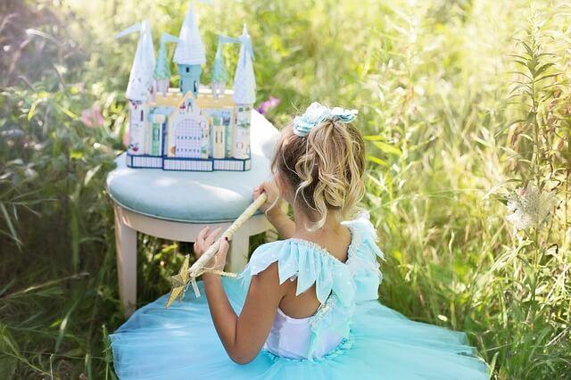 Dziewczynka w stroju księżniczki