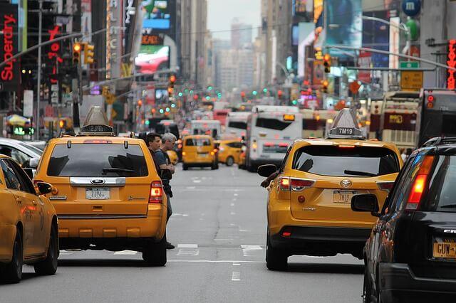 Zatłoczona samochodami ulica
