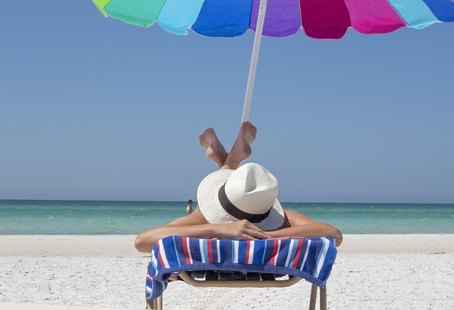 Jak się bezpiecznie opalać? Jak dbać o skórę latem?