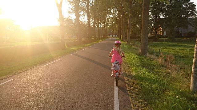 Dziecko jadące na rowerku