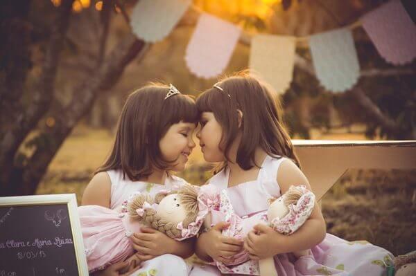 Dwie dziewczynki z lalkami