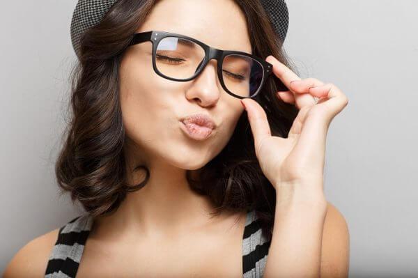 Kobieta w okularach i kapeluszu