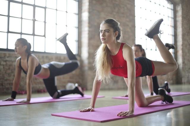 Grupa kobiet ćwiczących aerobik