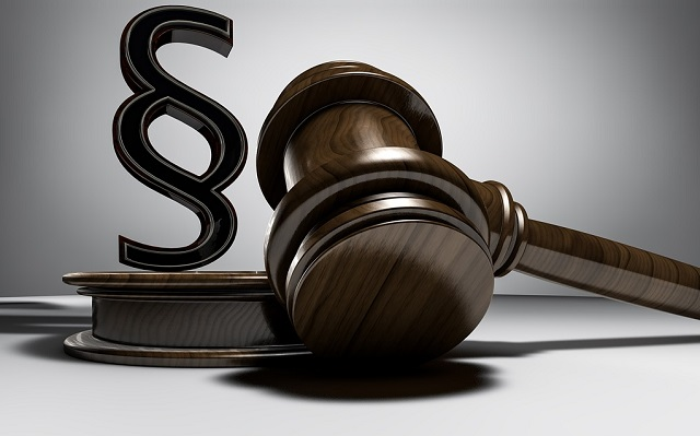 Młotek sędziego i symbol klauzuli prawnej