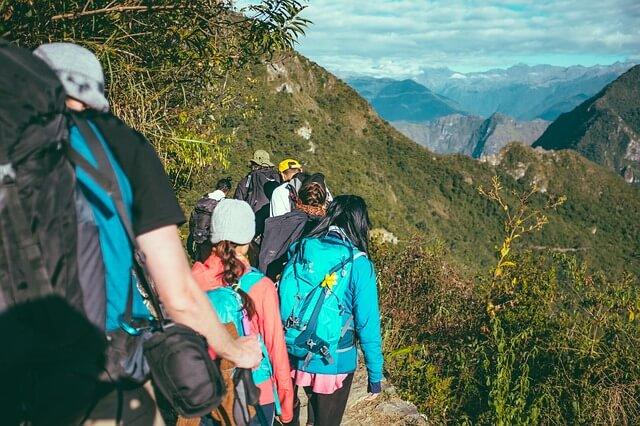 grupa osób w górach